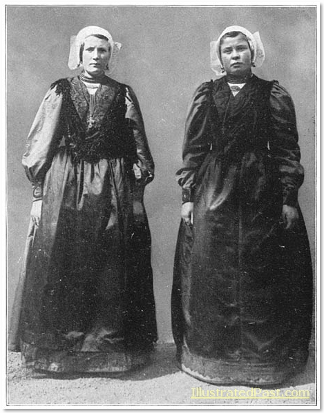 Two young women from Soest wearing square hats.